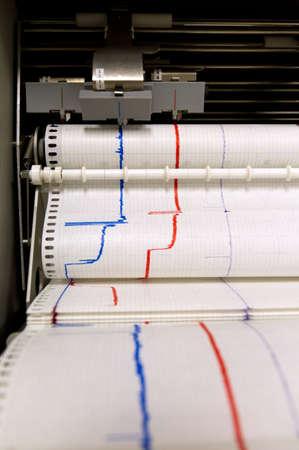 sismogr�fo: El papel sale de un dispositivo de control de impresi�n