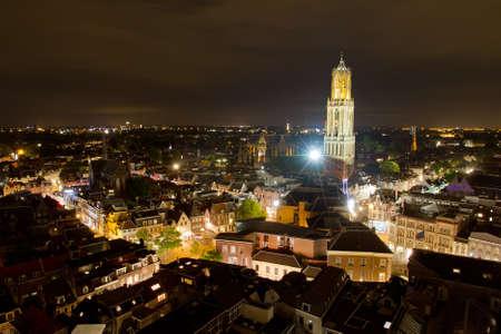dom: Paysage urbain de la ville d'Utrecht dans la nuit avec la cath�drale Dom �clair�e par des lumi�res grands Banque d'images