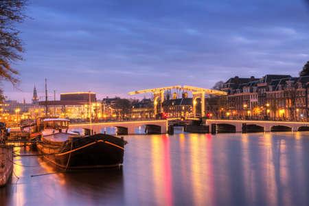 The skinny bridge in Amsterdam, the Netherlands, early in the morning in winter 版權商用圖片 - 18729025