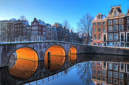 암스테르담, 네덜란드 HDR의 유네스코 세계 문화 유산 도시 운하에 아름 다운 아침 일찍 겨울보기