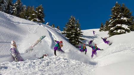 arri�re-pays: Impressionnant snowboarder est de s'amuser dans la poudreuse hors piste de Les Portes du Soleil en France Banque d'images