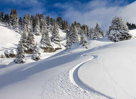ski slopes: Prima traccia impressionante in una giornata di sole in polvere a Les Portes du Soleil, nelle Alpi europee