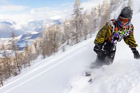 arri�re-pays: Impressionnant snowboarder qui d�vale dans la poudre dans l'arri�re-pays Banque d'images