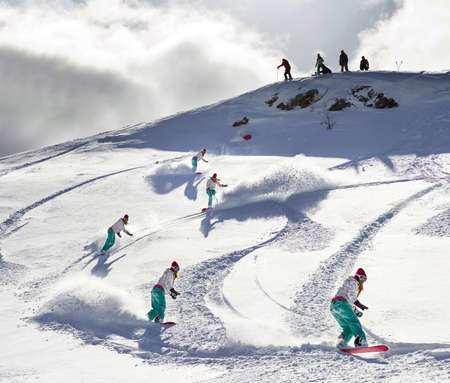 arri�re-pays: Femme freeride snowboarder dans l'arri�re-pays