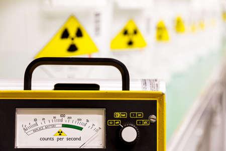 Contador Geiger con materiales radiactivos en el fondo