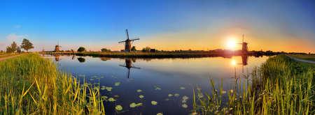 Schöne Panorama-Bild von den holländischen Windmühlen von Kinderdijk, Niederlande