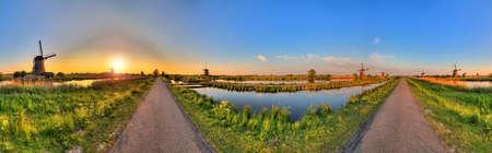 Mooi panoramisch beeld van de Nederlandse windmolens in Kinderdijk, Nederland