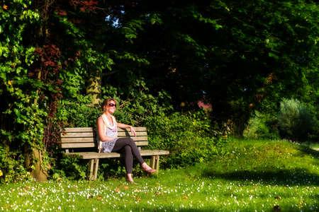 Houten bank in de tuin op een zonnige de zomerdag in nederland