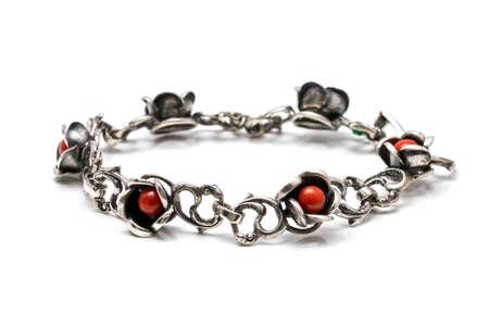 corallo rosso: Bracciale in argento con roselline di corallo rosso su uno sfondo bianco