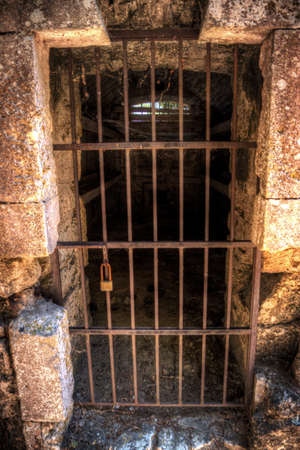 cellule de prison: Porte d'une cellule de prison antique avec des lits à l'intérieur Banque d'images