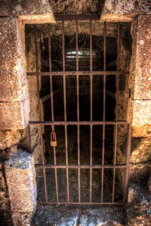 Tür eines alten Gefängniszelle mit Betten im Inneren