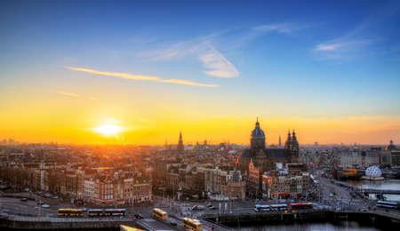 アムステルダム、オランダの HDR のスカイラインの冬期夕日の景観