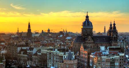 Zonsondergang stadsgezicht in de winter op de skyline van Amsterdam, de Nederland HDR