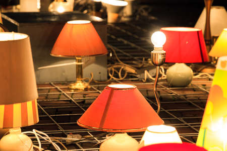 abatjour: Una luce intensa tra le altre lampade con paralumi