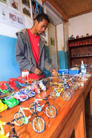 scrap metal: Un artigiano malgascio crea giocattoli di rottami metallici in Ambatolampy, Madagascar, il 5 settembre 2013