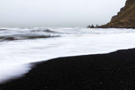mare agitato: Bella vista invernale del sabbia nera e mare agitato in spiaggia di Vik in Islanda Archivio Fotografico