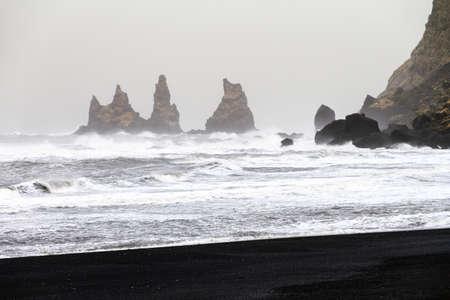mare agitato: Bella vista invernale delle rocce e mare agitato in spiaggia nera di Vik in Islanda Archivio Fotografico