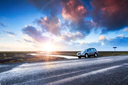 Een auto op de weg bij zonsopgang in het prachtige vulkanische landschap van Mýrdalssandur in het zuidelijke deel van IJsland in de winter