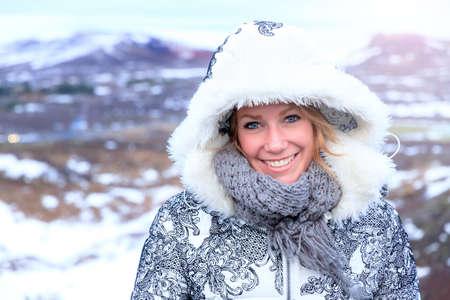 ojo humano: Hermoso retrato de una mujer sonriente en invierno con una capucha y bufanda