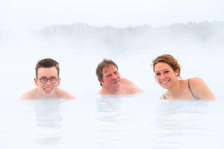 personas enfermas: Las personas enfermas de curaci�n en las aguas minerales azules de un balneario geot�rmico en Islandia