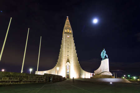 leif: Beautiful nightscape of the church Hallgrimskirkja in Reykjavik, Iceland, with the statue of explorer Leif Eriksson Stock Photo