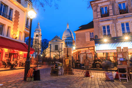 Bella vista sera del Place du Tertre e il Sacre-Coeur a Parigi, Francia Editoriali