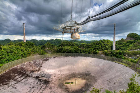 El radiotelescopio de Arecibo Observatorio en las colinas de Arecibo, Puerto Rico