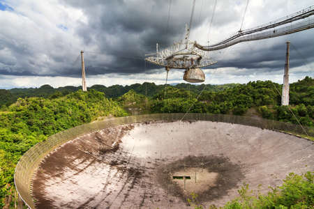 Le télescope radio de l'Observatoire Arecibo dans les collines d'Arecibo, Porto Rico, le 6 juin 2014