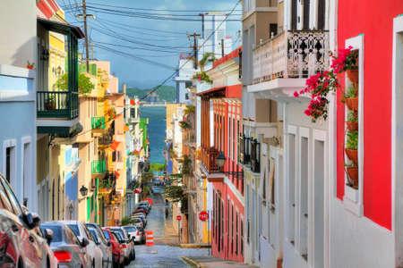 Hermosa calle típica tradicional vibrante en San Juan, Puerto Rico Foto de archivo - 58818971