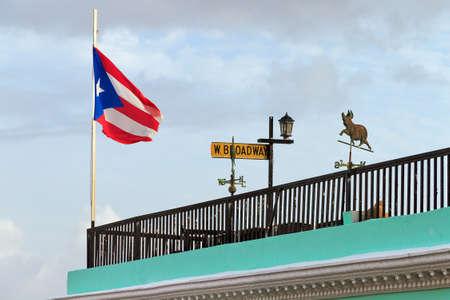 bandera de puerto rico: bandera de Puerto Rico en la parte superior de un techo en San Juan, Puerto Rico Foto de archivo