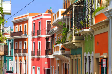 Hermosa calle típica tradicional vibrante en San Juan, Puerto Rico Foto de archivo - 72519968