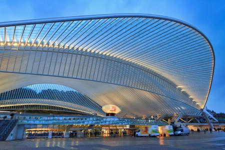 Schöne Ansicht des Bahnhofs Lüttich-Guillemins der modernen Architektur mit Stahlformen und -linien in der blauen Stunde in Belgien Standard-Bild - 88276899