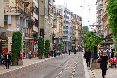 Mooie stadsgezicht van Genève van de binnenstad, Zwitserland, met mensen die in het historische district van het stadscentrum op 28 juli, 2014 winkelen