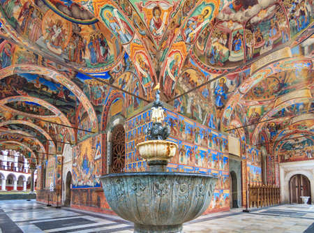 Prachtig uitzicht op de levendige decoratie van het orthodoxe Rila-klooster, een beroemde toeristische attractie en cultureel erfgoedmonument in de bergen van het natuurpark Rila in Bulgarije