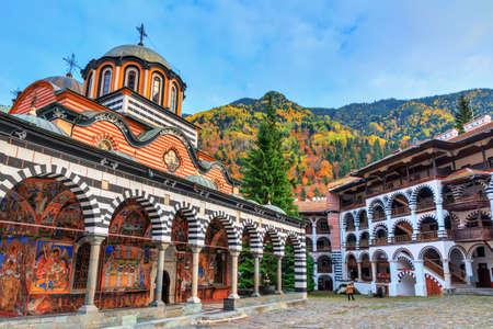 Schöne Aussicht auf das orthodoxe Rila-Kloster, eine berühmte Touristenattraktion und ein Denkmal für das kulturelle Erbe in den Bergen des Rila-Naturparks in Bulgarien