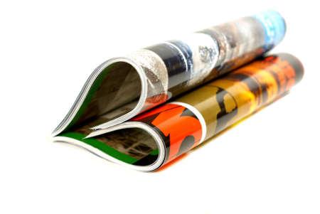 leggere rivista: rivista, piegate a forma di cuore isolato over white