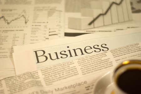 커피 한잔과 함께 표제 신문, 비즈니스 페이지 스톡 콘텐츠