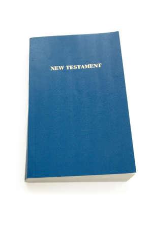 nieuwe testament met blauwe cover geïsoleerd over white