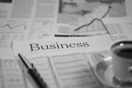 periodicos: p�gina de negocio diario con pluma y taza de caf� concepto