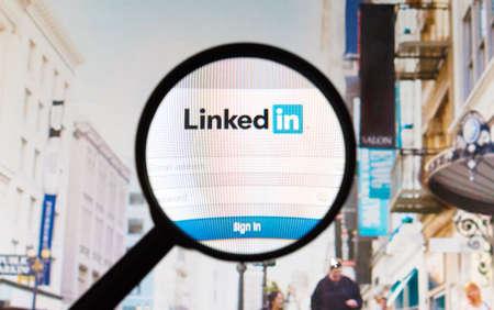 Montreal, Canadá - Febrero 2016 - LinkedIn foto del sitio web tomada bajo una lupa. LinkedIn es un servicio profesional y orientado a los negocios de redes sociales.