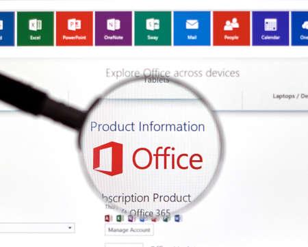 Montreal, Canada - FEBBRAIO 2016 - Microsoft Office 365 sul web sotto lente di ingrandimento. Editoriali