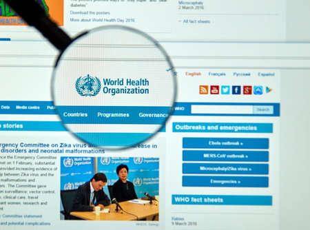 united nations: Montreal, Canadá - 8 de marzo, 2016 - logotipo de la Organización Mundial de la Salud y el sitio web bajo la lupa. La Organización Mundial de la Salud es un organismo especializado de las Naciones Unidas que se ocupa de la salud pública internacional. Editorial
