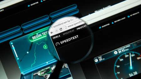 몬트리올, 캐나다 - 2016 년 3 월 25 일 - 돋보기 아래에서 가장 빠른 인터넷 서비스.