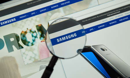 MONTREAL, CANADA - MARCH 25, 2016 - Samsung internet page under magnifying glass. Samsung is a South Korean multinational conglomerate company 新聞圖片