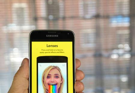 MONTREAL, CANADA - 20 maart 2016 - Snapchat lenzen op Android mobiele smartphone. Snapchat is een mobiele messaging applicatie wordt gebruikt om foto's, video, tekst en tekeningen te delen.