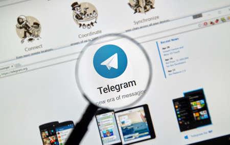 telegrama: Montreal, Canadá - 8 de mayo, 2016: Telegrama sitio web messnger bajo la lupa. Telegrama es un servicio de mensajería instantánea basado en la nube.