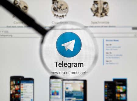 telegrama: Montreal, Canad� - 8 de mayo, 2016: Telegrama sitio web messnger bajo la lupa. Telegrama es un servicio de mensajer�a instant�nea basado en la nube.