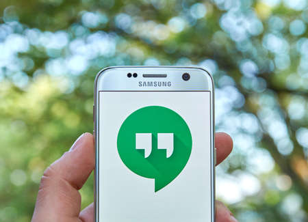 logo samsung: MONTREAL, CANADA - MAY 23, 2016 : Google Hangouts application on Samsung S7 screen. Hangouts allows to make voice calls and send sms, mms messages. biên tập