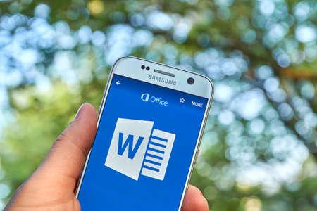 Montreal, KANADA - 23 maja, 2016 - Microsoft Office Word on Aplikacja 365 Samsung S7.