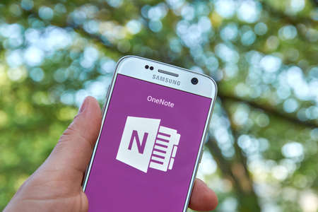samsung: MONTREAL, CANADA - MAY 23, 2016 - Microsoft Office OneNote application on Samsung S7.